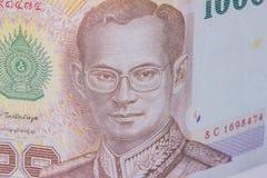 Fermez-vous de la devise de la Thaïlande, baht thaïlandais avec les images du roi de la Thaïlande Dénomination de 1000 bahts Image libre de droits