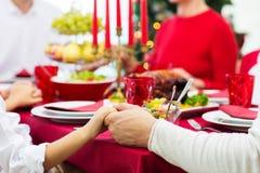 Fermez-vous de la famille dînant Noël à la maison images libres de droits