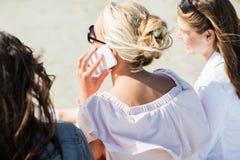 Fermez-vous de la femme appelant par le smartphone sur la plage Images libres de droits