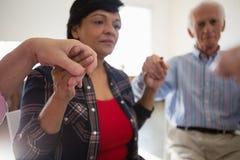 Fermez-vous de la femme avec des amis tenant des mains Image libre de droits