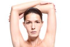 Fermez-vous de la femme avec des bras au-dessus de tête Photographie stock libre de droits