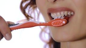 Fermez-vous de la femme avec la brosse à dents banque de vidéos