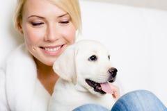 Fermez-vous de la femme avec le chiot de Labrador Photographie stock libre de droits