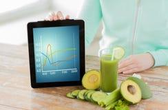 Fermez-vous de la femme avec le PC et les légumes de comprimé Image stock