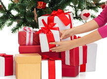 Fermez-vous de la femme avec les cadeaux et l'arbre de Noël Images stock