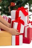 Fermez-vous de la femme avec les présents et l'arbre de Noël Image stock