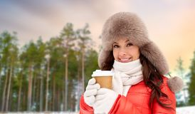 Fermez-vous de la femme avec la tasse de café en hiver photographie stock libre de droits