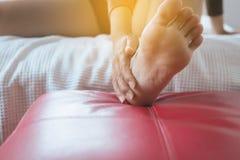 Fermez-vous de la femme ayant une douleur unique de talon ou de pied, des commentaires épuisés et douloureux de sentiment femelle photographie stock libre de droits