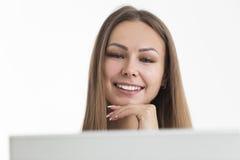 Fermez-vous de la femme blonde de sourire avec l'ordinateur portable Images stock