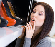 Fermez-vous de la femme choisissant une paire de chaussures images stock