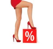 Fermez-vous de la femme dans des chaussures rouges avec le signe de pour cent Photographie stock libre de droits