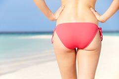 Fermez-vous de la femme dans le bikini marchant sur la plage tropicale Image stock
