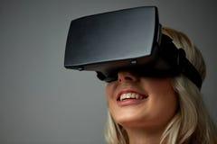 Fermez-vous de la femme dans le casque de réalité virtuelle Photo stock