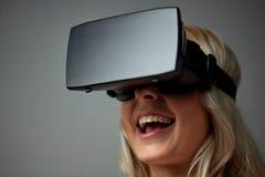Fermez-vous de la femme dans le casque de réalité virtuelle Photos libres de droits