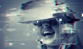 Fermez-vous de la femme dans le casque de réalité virtuelle Image libre de droits