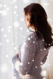 Fermez-vous de la femme enceinte heureuse regardant à la fenêtre Images libres de droits