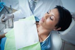 Fermez-vous de la femme faisant examiner ses dents photo libre de droits