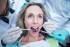 Fermez-vous de la femme faisant examiner ses dents images libres de droits