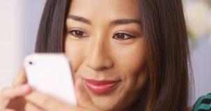 Fermez-vous de la femme japonaise à l'aide du smartphone photos libres de droits