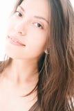 Fermez-vous de la femme kazakh attirante avec de longs cheveux Photographie stock libre de droits