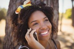 Fermez-vous de la femme parlant au téléphone intelligent Image libre de droits