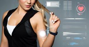Fermez-vous de la femme sportive avec le traqueur de forme physique Images stock