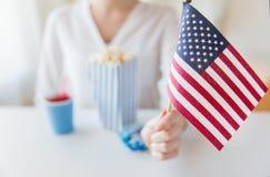 Fermez-vous de la femme tenant le drapeau américain Photographie stock libre de droits