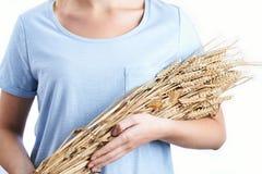 Fermez-vous de la femme tenant le paquet de blé photos libres de droits