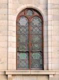 Fermez-vous de la fenêtre détaillée verte arquée d'église en verre souillé dans Cradock Photo stock