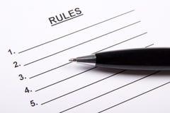 Fermez-vous de la feuille de papier avec le blanc et le stylo de règles Image stock