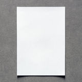 Fermez-vous de la feuille vide de livre blanc avec l'ombre sur le mur de vintage Images stock