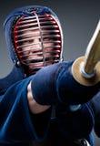 Fermez-vous de la formation de combattant de kendo avec le shinai Photo stock