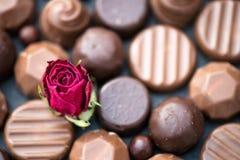 Fermez-vous de la forme de coeur faite avec de divers types de chocolat Tru Photographie stock