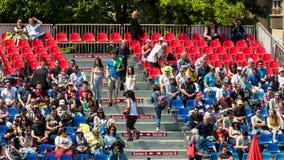 Fermez-vous de la foule de personnes soutenant leur joueur préféré pendant le match de tennis Images libres de droits