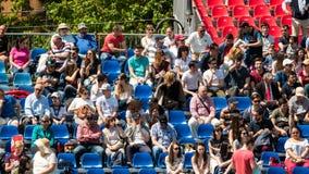 Fermez-vous de la foule de personnes soutenant leur joueur préféré pendant le match de tennis Photos libres de droits