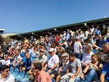 Fermez-vous de la foule de personnes soutenant leur joueur préféré pendant le match de tennis Photographie stock