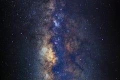 Fermez-vous de la galaxie de manière laiteuse avec les étoiles et la poussière de l'espace photo stock