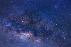 Fermez-vous de la galaxie de manière laiteuse avec les étoiles et la poussière de l'espace dans l'ONU photo libre de droits