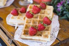 Fermez-vous de la gaufre avec la fraise sur la table en bois photographie stock libre de droits