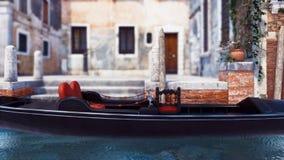 Fermez-vous de la gondole vide amarrée sur un canal de Venise illustration libre de droits