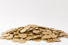 Fermez-vous de la grande pile des pièces de monnaie d'or d'isolement sur le fond blanc Concept de succès de gain de croissance d' image stock
