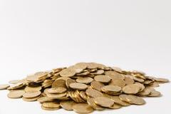 Fermez-vous de la grande pile des pièces de monnaie d'or d'isolement sur le fond blanc Concept de succès de gain de croissance d' image libre de droits