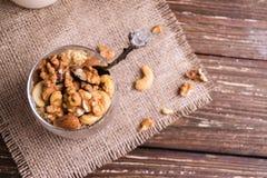 Fermez-vous de la granola avec le mélange d'écrou image libre de droits