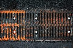 Fermez-vous de la grille rouillée de fer images stock