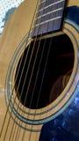 Fermez-vous de la guitare acoustique et des ficelles classiques Photo stock