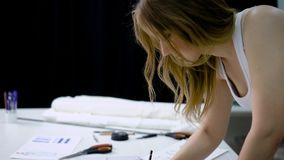 3e81e7e63c942f Femme En Matériel De Coupe De Boutique De Tailleur Pour Créer De ...