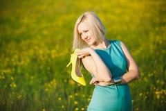 Fermez-vous de la jeune femme d'affaires ayant le repos dehors après dur Photographie stock libre de droits