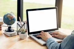 Fermez-vous de la jeune femme d'affaires s'asseyant au bureau et travaillant dessus photographie stock