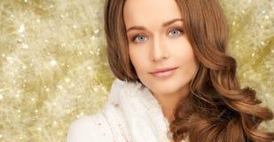 Fermez-vous de la jeune femme de sourire dans des vêtements d'hiver Photo stock