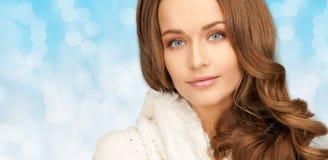 Fermez-vous de la jeune femme de sourire dans des vêtements d'hiver Photographie stock